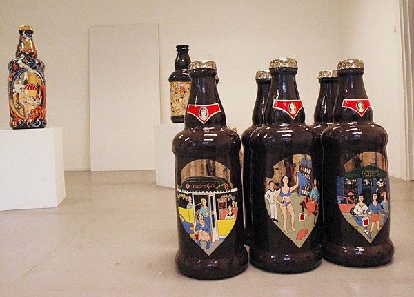 Ølflasker og TV-er i keramikk på Galleri Galuzin